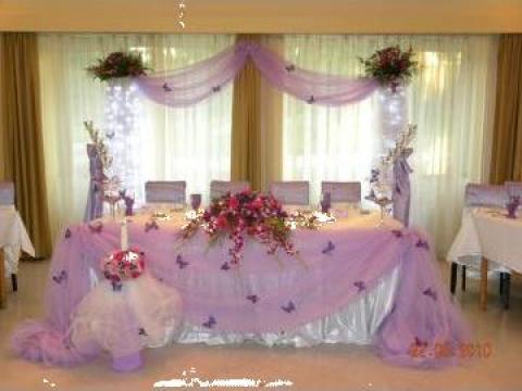 Vaze cu flori naturale, brauri, oglinzi si decoratiun de la Tiara