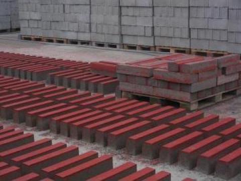 Borduri din beton rosu de la N A D. Cornetu