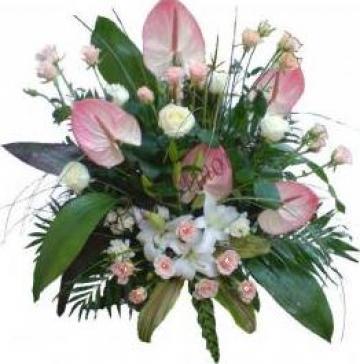 Aranjament din trandafiri, crin imperial alb, frezii de la Passiflora - Floriamor