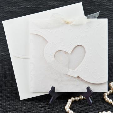 Invitatie de nunta carton crem cu motive florale de la www.invitatii-nunta-mea.ro