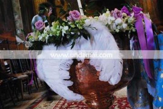 Aranjament floral pentru cristelnita Ingeras de la Unda Mai Srl