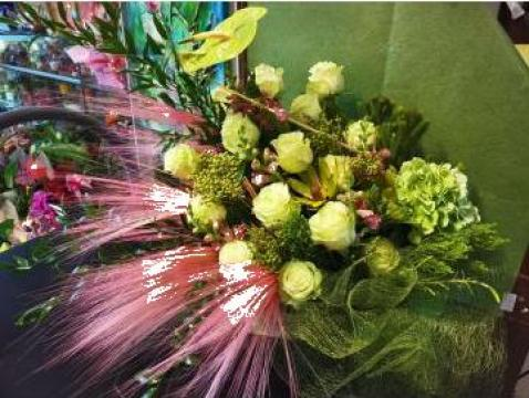 Aranjament cufar 15 trandafiri verzi 0076 de la Floraria Stil