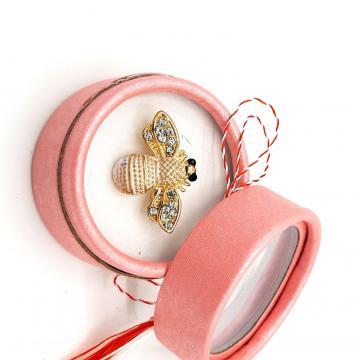 Martisor brosa Albinuta cu cristale in cutiuta ABGS56-ACGS03 de la Eos Srl (www.martisoare-shop.ro)